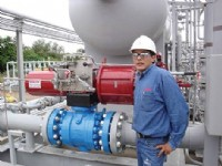 One of the Rotork GP range SIL2 actuated ball valves at the La Vertiente gas plant, pictured with Daniel Alvarado from Rotork�s Bolivian representative Prosertec.