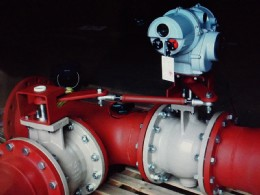 A Rotork IQTM modulating actuator fitted with custom-designed linkage to enable the simultaneous operation of two valves